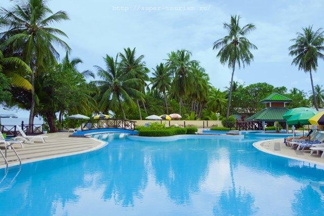 Бассейн в одном из отелей отдых на Мальдивах