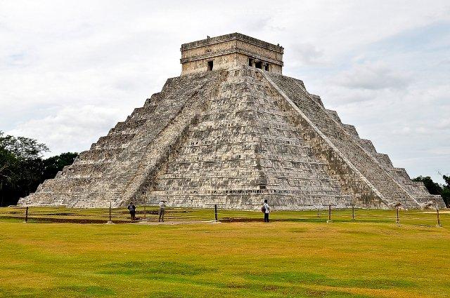 Ступенчатая пирамида в Чичен-Ице Мексика