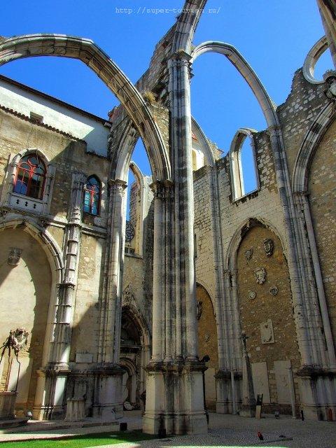 Португалия Руины монастыря Кармо в Лиссабоне